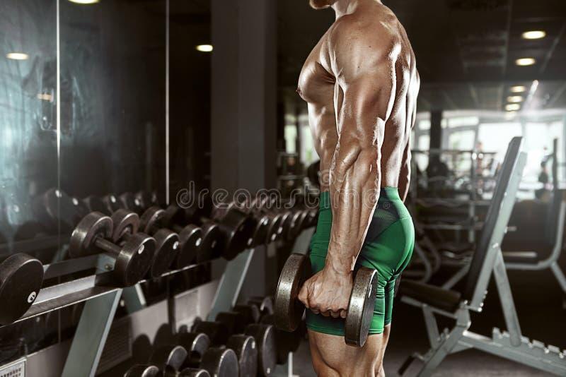 Type musculaire de bodybuilder faisant des exercices avec la grande haltère photos stock