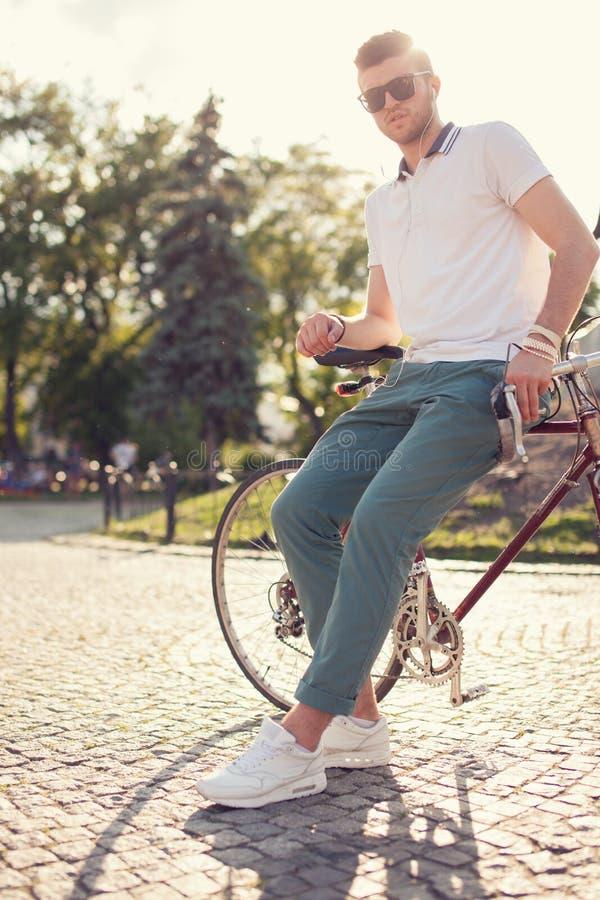 Type posant avec le vélo de course de vintage image stock