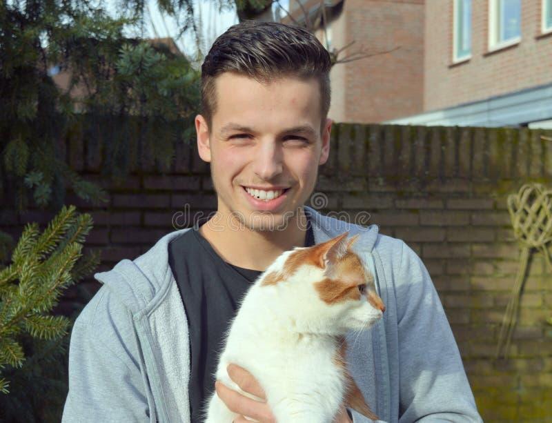 Type posant avec un chat images stock