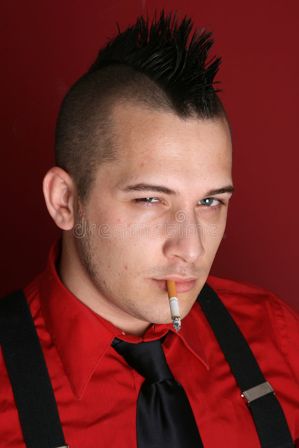 Type punk avec une cigarette photos stock