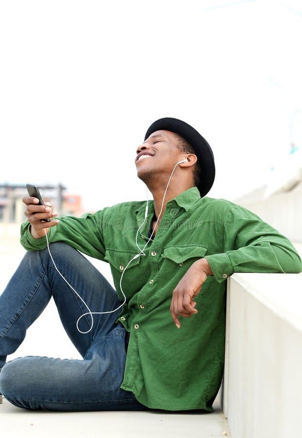 Type reposant écouter dehors la musique photos libres de droits