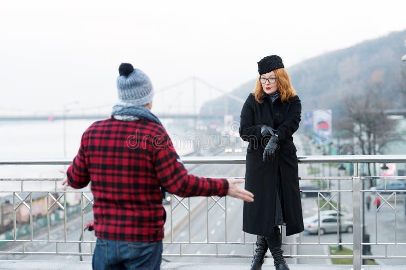 Type retardé jusqu'à présent Expositions de femme aux montres sur le bras L'homme a répandu ses bras Delayed a daté sur le pont image libre de droits