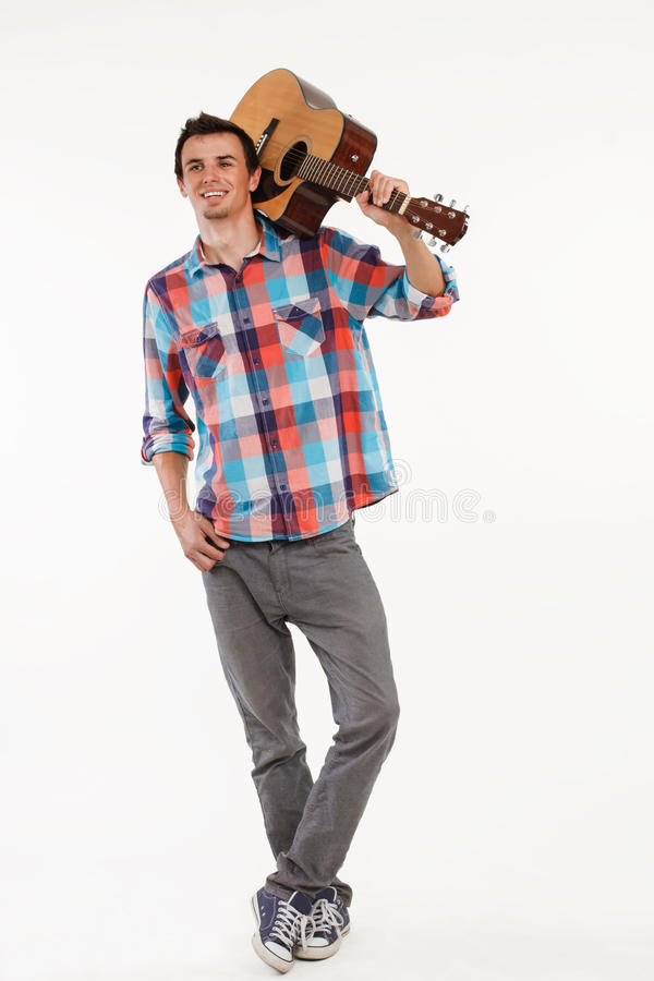 Type romantique avec la guitare photo stock