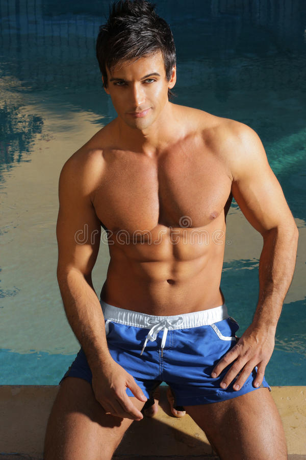 Homme sexy à la piscine image stock