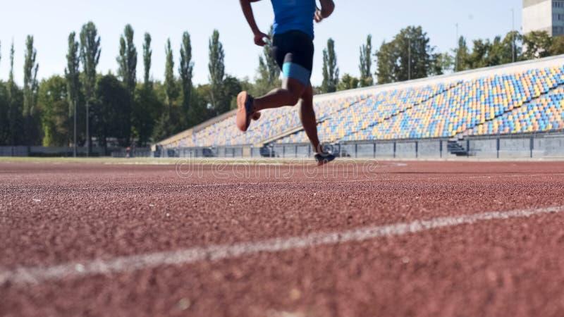 Type sportif courant au stade, se préparant à la concurrence, séances d'entraînement quotidiennes photographie stock