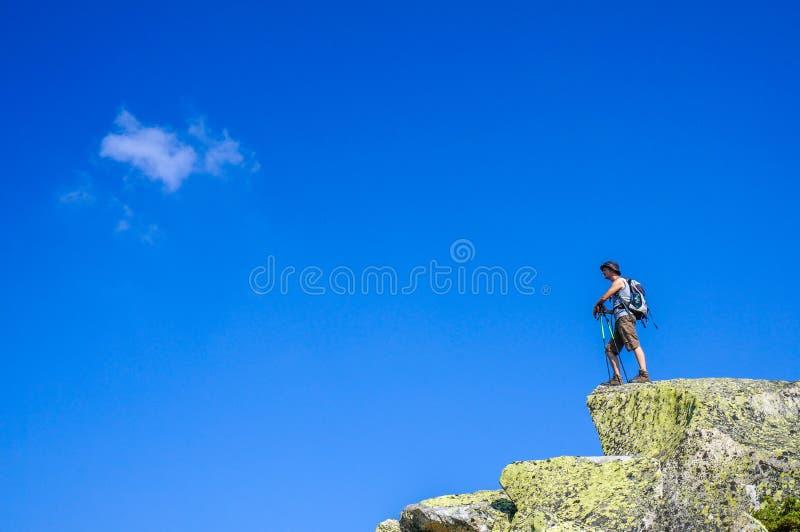 Type sur le dessus d'un rocher photo stock