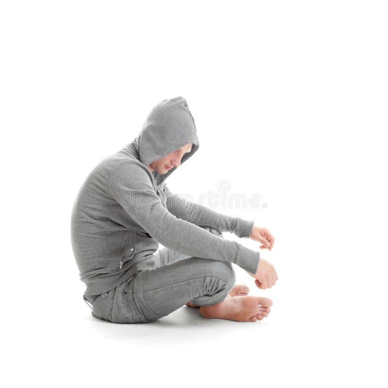 Type triste s'asseyant et regardant photographie stock libre de droits
