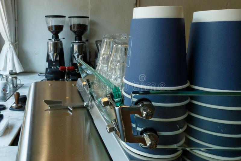 Type van koffie met koffiemachine en koffiemolen stock foto