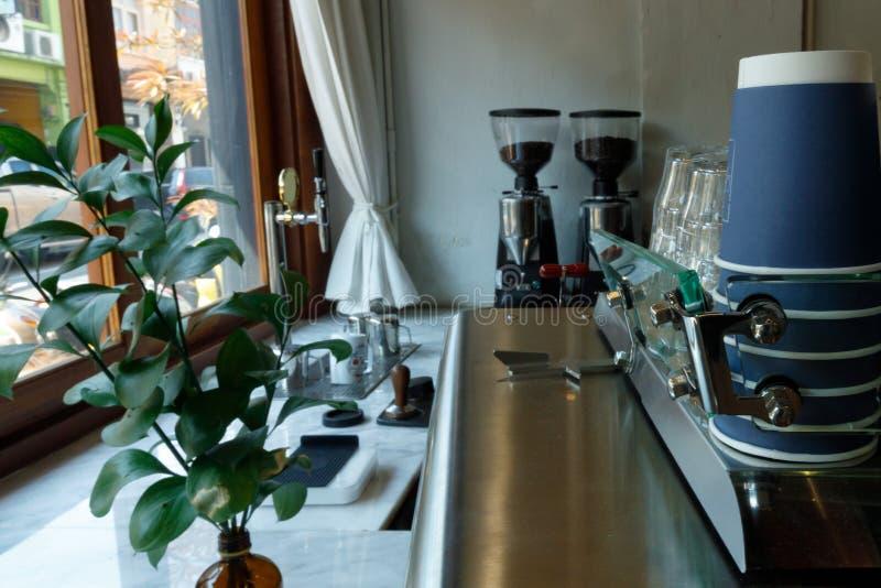 Type van koffie met koffiemachine en koffiemolen stock fotografie