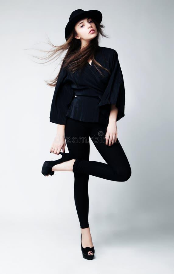 Type victorien - fille de beauté posant avec élégance photo stock