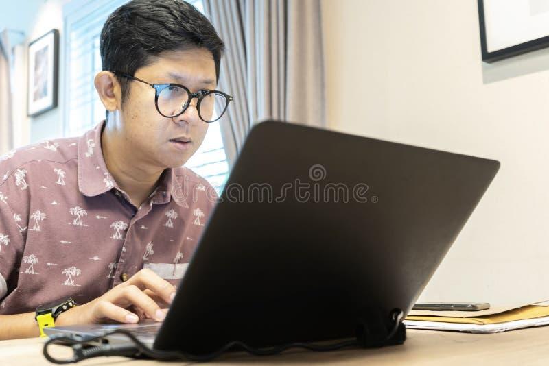 Typen av företaget som låter anställda arbeta hemma, i stället för att arbeta på företaget fotografering för bildbyråer