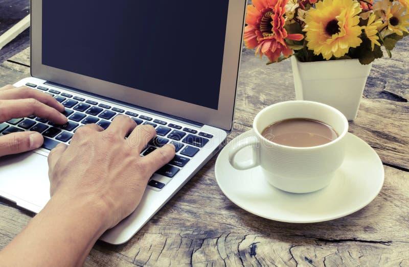 Typend met toetsenbord, Wijnoogst stock foto