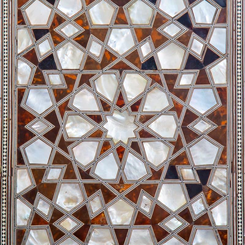 Typer av keramiska tegelplattor med den arabiska prydnaden bl? blom- modell turkisk keramik arkivbild