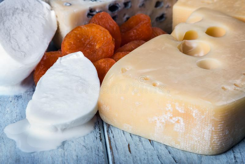 Typer av olika ostmozzarella, brun, roquefort, Maasdam etc. royaltyfria foton