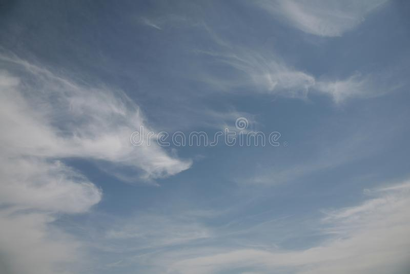 Typerna av moln i himlen beror arkivbilder