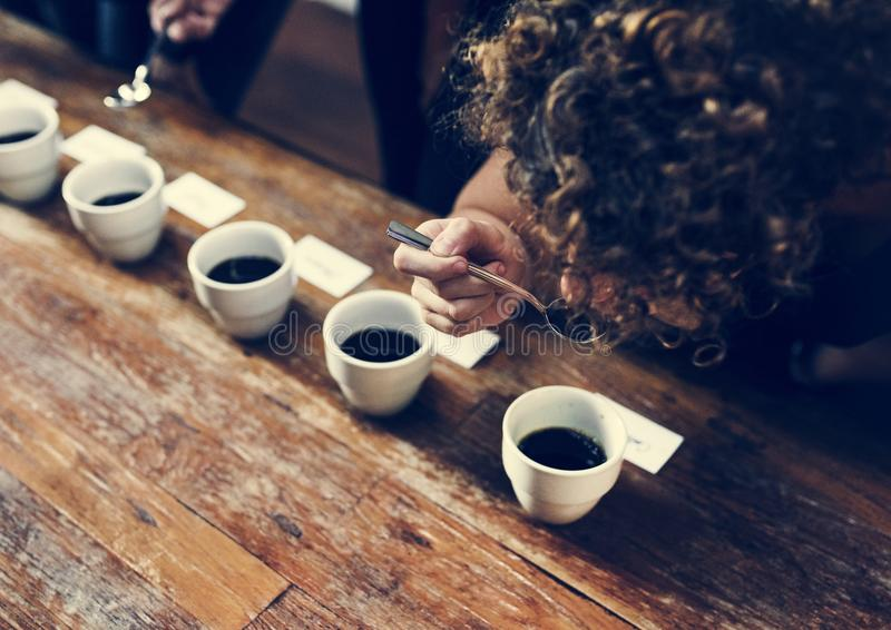 Types de café placés pour goûter ou sentir photos stock