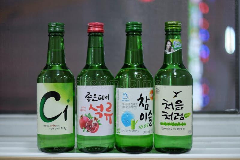 4 types différents de soju coréen photos libres de droits
