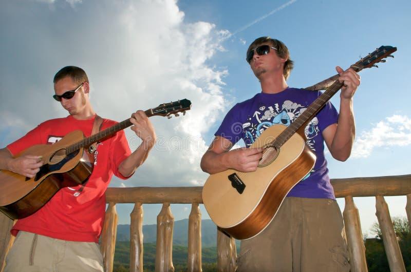Types jouant la guitare photos stock