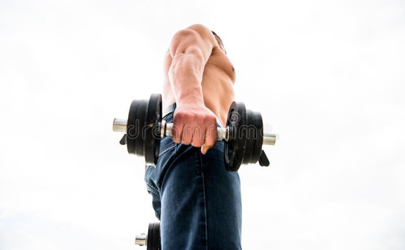 Types utilisations et risques de stéroïdes anabolisant sport de bodybuilding Mode de vie de sport Gymnase d'exercice d'halt?re Ho image libre de droits