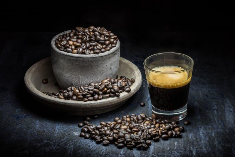 Types van koffie op donkere achtergrond royalty-vrije stock afbeelding