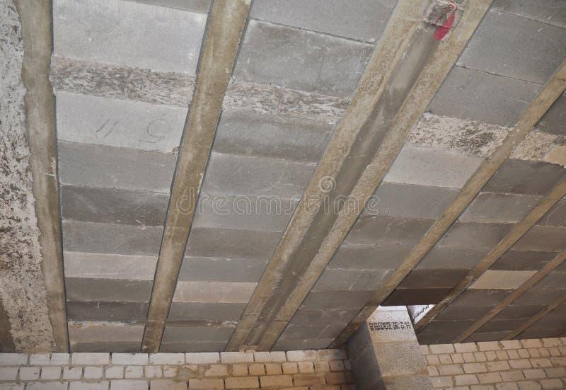 Types van plafonds rib-losgemaakte huizen Sluit omhoog op monolithisch-geprefabriceerde plafonds bestaan uit gewapend beton stral royalty-vrije stock afbeelding