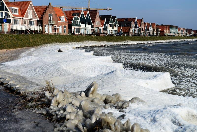 Typicalhouses sur le bord de la mer dans une scène d'hiver dans la ville de Volendam, Pays-Bas photo stock