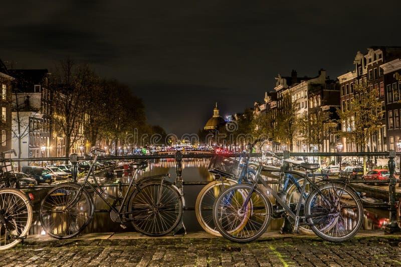 Typies Амстердам, большой город с сериями воды, старых зданий и цветов стоковая фотография rf