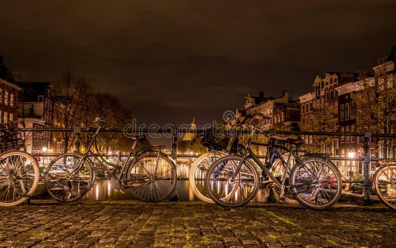 Typies Амстердам, большой город с сериями воды, старых зданий и цветов стоковые фотографии rf