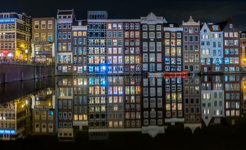 Typies Amsterdam, wielki miasto z udziałami woda, starzy budynki i kolory, fotografia stock