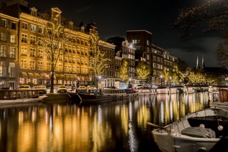 Typies Amsterdam, wielki miasto z udziałami woda, starzy budynki i kolory, obraz royalty free