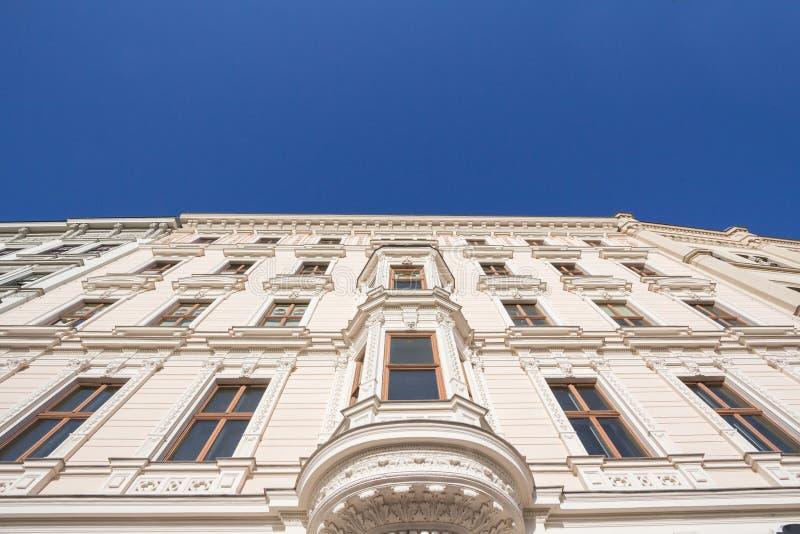 Typisch österreichisch-ungarische Fassade eines barocken Wohngebäudes in einer Straße von Innere Stadt, der Innenstadt Wiens stockbilder
