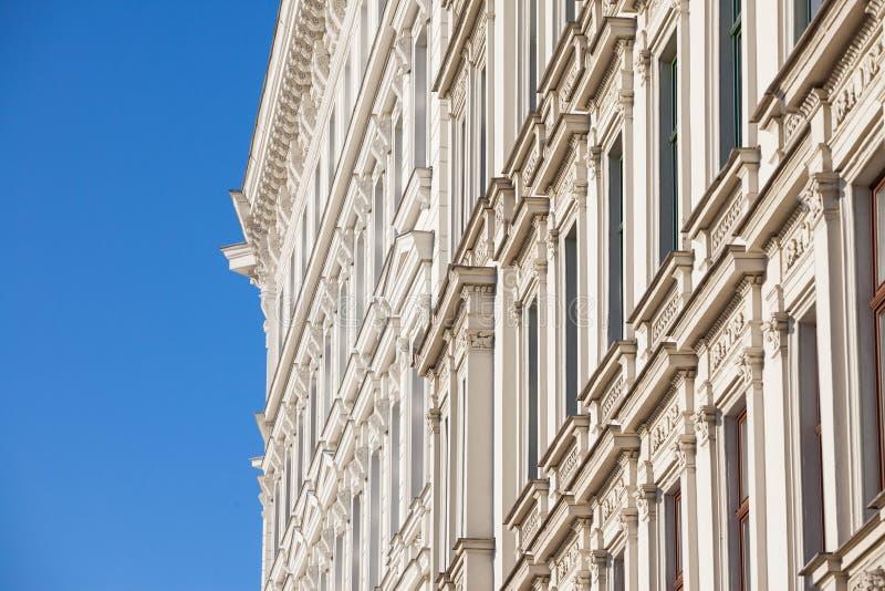 Typisch österreichisch-ungarische Fassade eines barocken Wohngebäudes in einer Straße von Innere Stadt, der Innenstadt Wiens stockfotografie