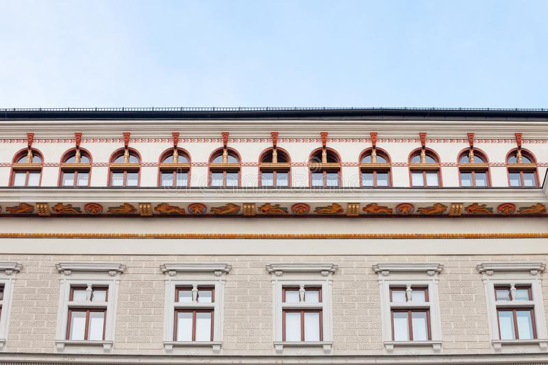 Typisch österreichisch-ungarische Fassaden mit alten Fenstern eines Kulturmuseums und Palastes in einer Straße der Innere Stadt stockfotografie