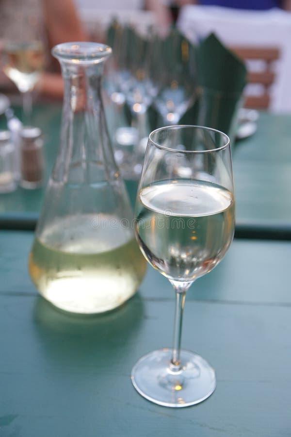 Typisch authentisches Essen und Weißwein in Wien/Österreich in einem Gasthaus, das auch Heuriger oder Buschenschank genannt wird stockfoto