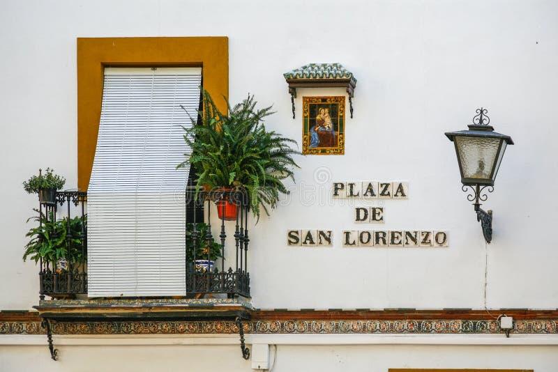 Typisch balkon van de stad van Sevilla, met ornacina van Maagdelijk Maria op de voorgevel van het huis stock foto's
