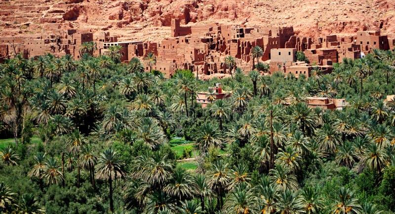 Typisch berberdorp van de atlasbergen in Marokko stock foto's