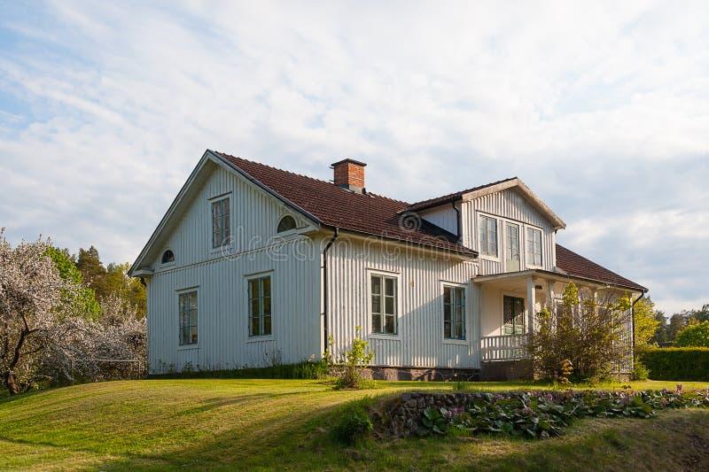 Typisch die blokhuis, in lichtgrijs, in Zweden wordt geschilderd stock foto
