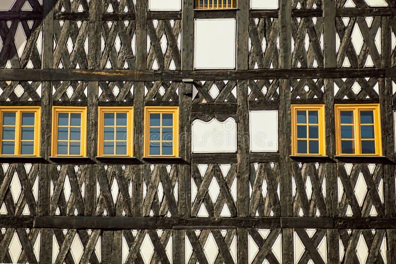 Typisch Duits huis Muren met keurige gele vensters details Weimar, Duitsland stock fotografie