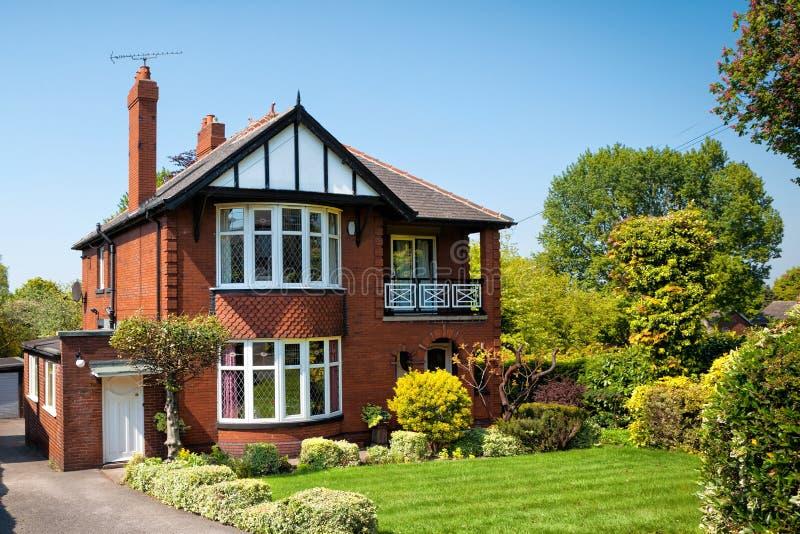 Typisch Engels huis met een tuin royalty-vrije stock afbeeldingen
