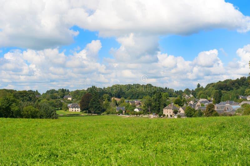Typisch Frans dorp in groene heuvels stock fotografie