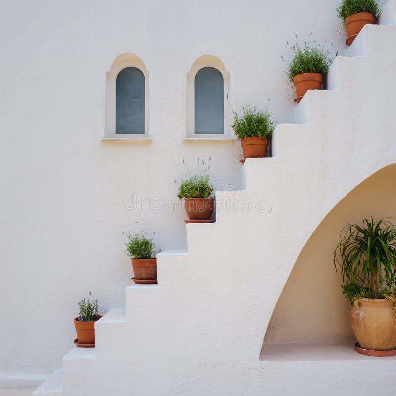 Typisch Grieks huisdetail met installaties stock fotografie