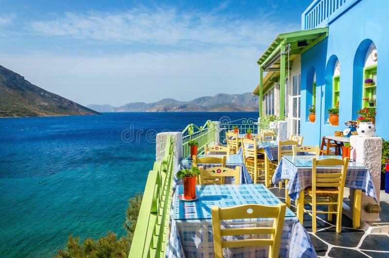 Typisch Grieks restaurant op het balkon, Griekenland stock afbeelding