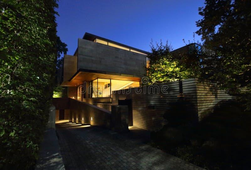 Typisch huis in dure Noordamerikaanse buurt stock afbeeldingen