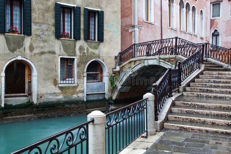 Download Typisch kanaal in Venetië stock foto. Afbeelding bestaande uit muren - 29511994