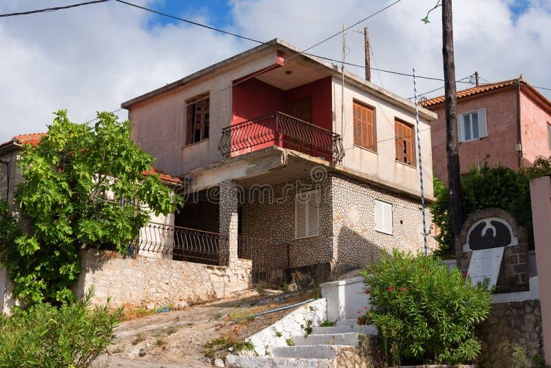 Typisch klein Grieks huis op een zonnige de zomerdag bij het dorp van Keri, het eiland van Zakynthos, Griekenland stock foto