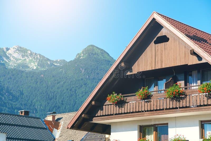 Typisch klein schilderachtig hotel in de Alpen van Slovenië stock afbeelding