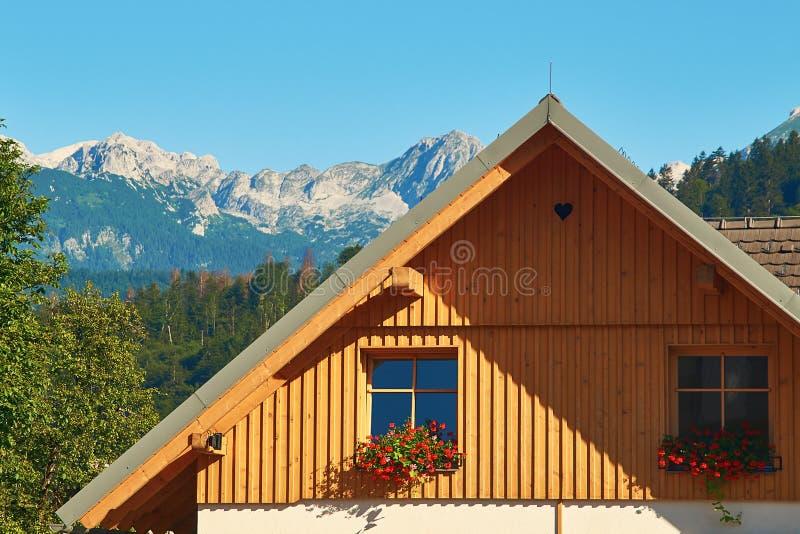Typisch klein schilderachtig hotel in de Alpen van Slovenië stock fotografie