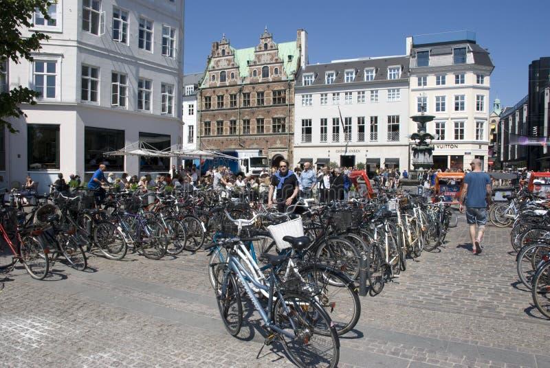 Typisch Kopenhagen - veel fietsen stock foto's