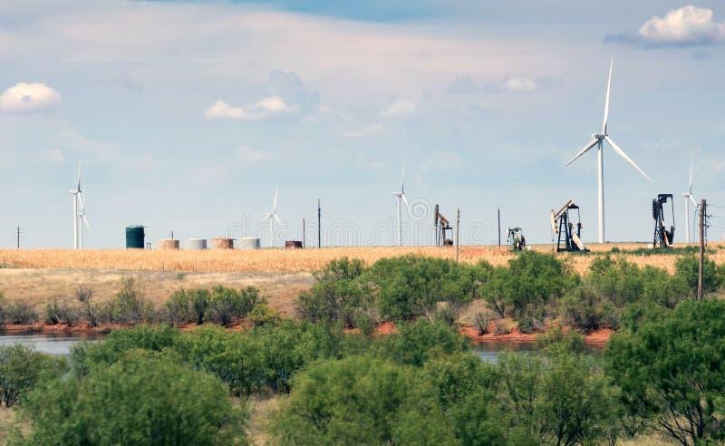 Typisch landschap van Texas: eindeloze gebieden, windgenerators, olie royalty-vrije stock foto