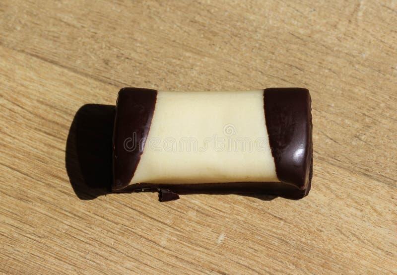 typisch Nederlands zoet geroepen koekje & x22; mergpijpje& x22; behandeld met witte marsepein, op een houten achtergrond royalty-vrije stock fotografie
